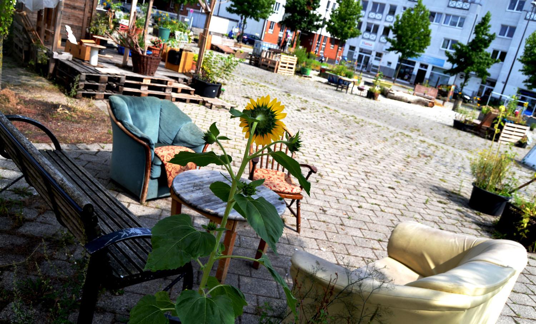 Sitzgruppe Mit Sesseln Und Einer Bank Im Urbanen Garten U0027Lucieu0027 In Der  Neustadt