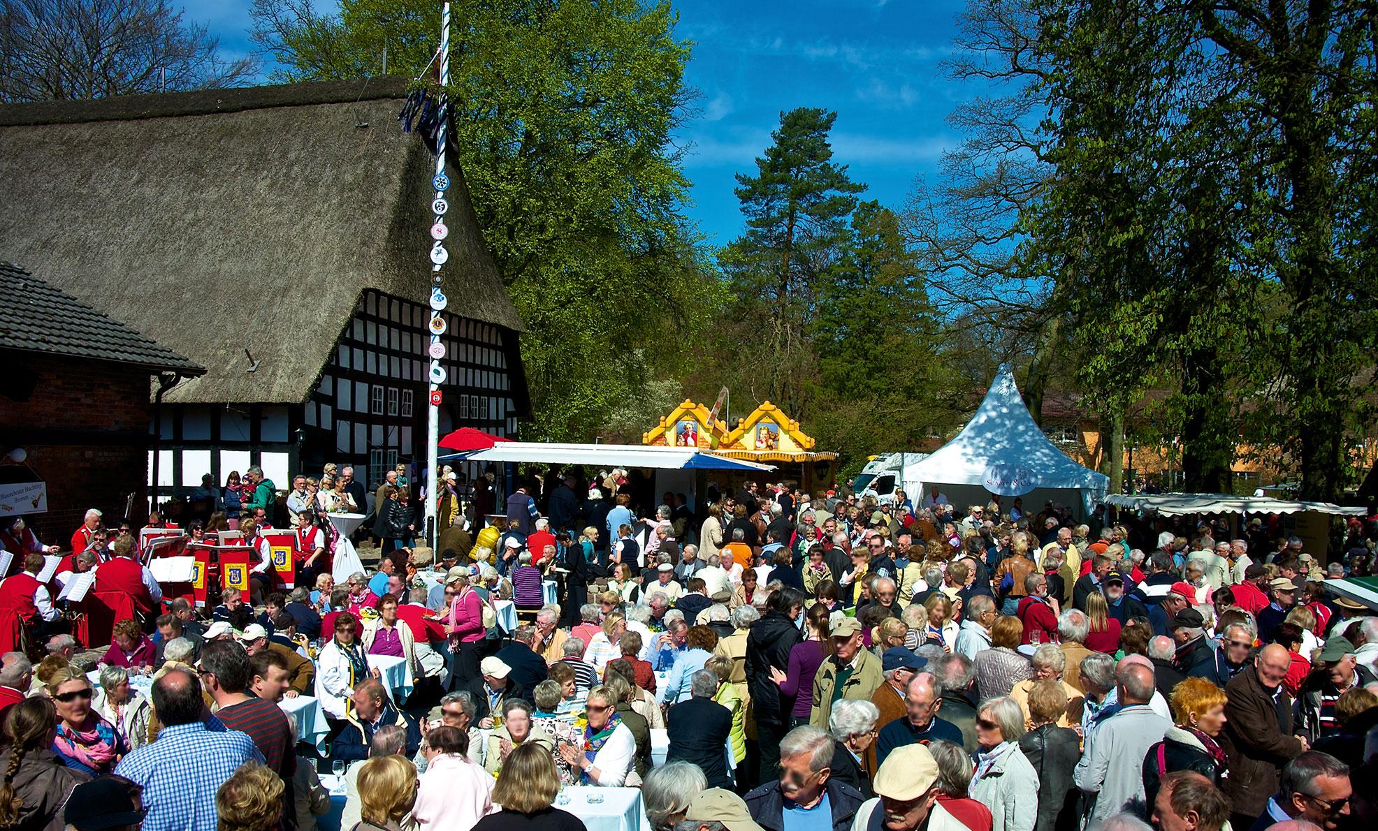 Zahlreiche Gäste bei einer Mai-Feier vor dem Lür-Kropp-Hof