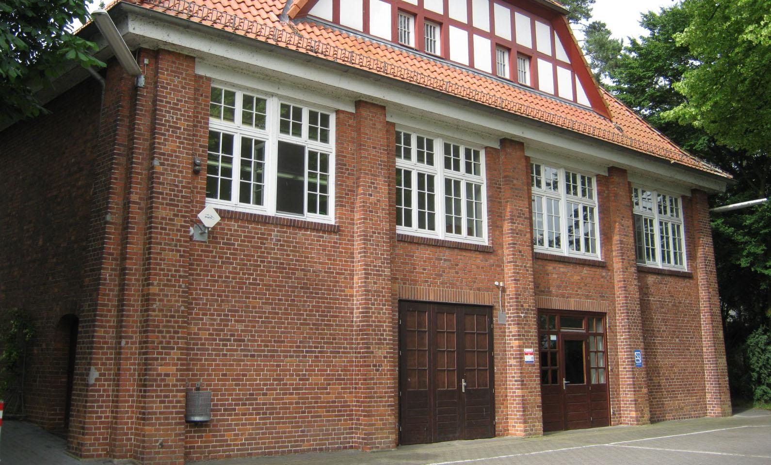 Die Fassade der Grundschule in Strom.