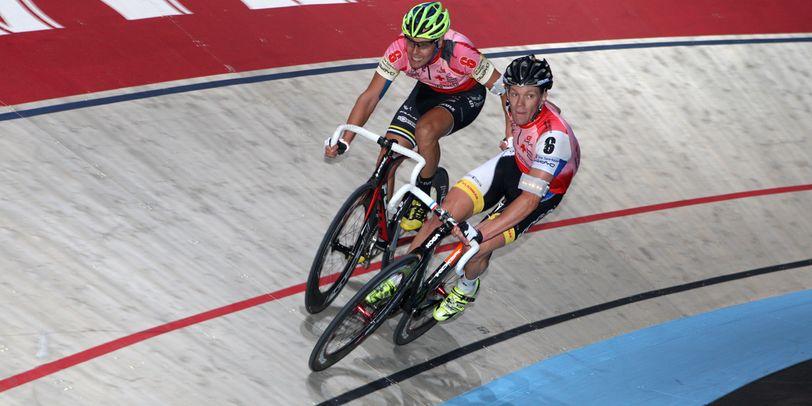 Zwei Radrennfahrer auf einer Rennstrecke