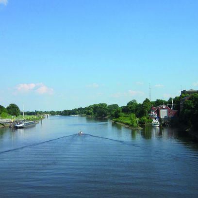 Blick von einer Brücke flussaufwärts über den Lauf der Weser
