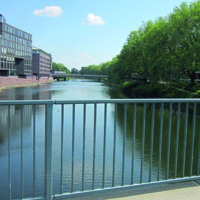 Blick von der Brücke, die über die Kleine Weser führt