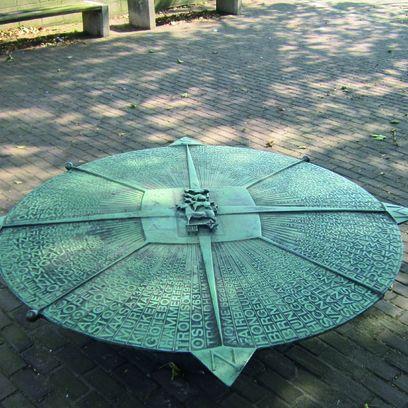 Ein Denkmal aus verwittertem Kupfer zeigt einen Kompass