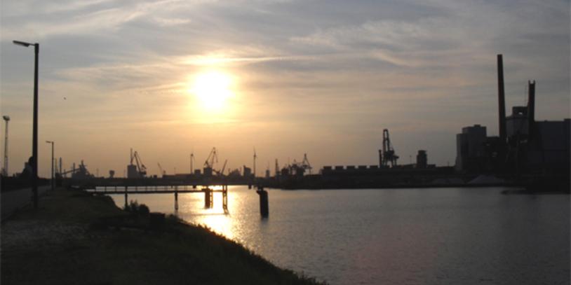 Hafenlandschaft am Abend; Quelle: bremen.online GmbH/Behrens