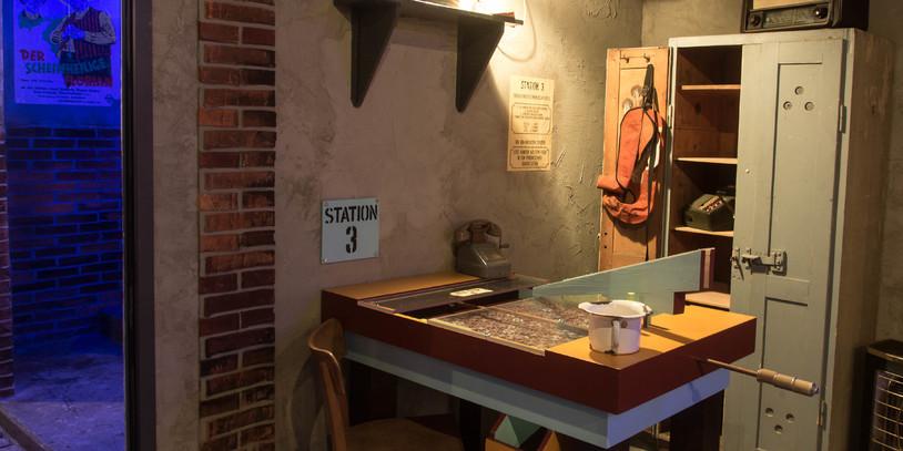 Der große Münzschieber ist ein Spiel des Hafenrummels an einem Tisch.