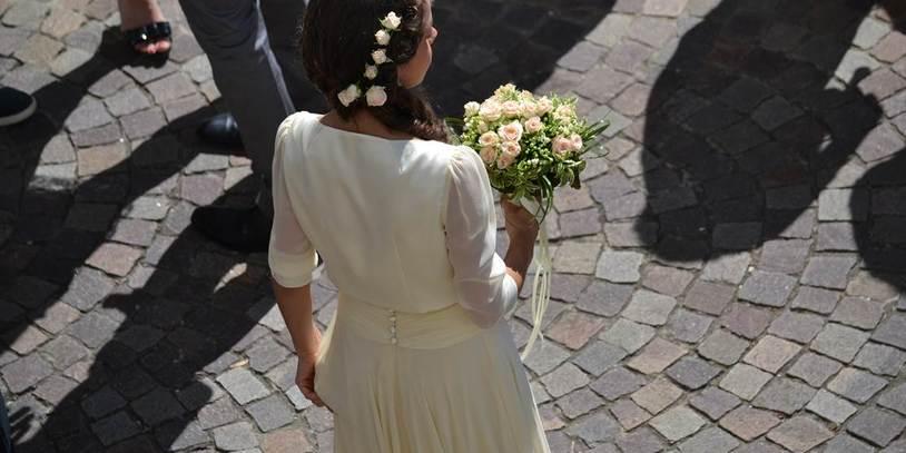 Eine Braut steht mit dem Rücken zur Kamera.
