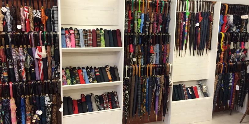 Mehrere Regale voller Regenschirme; Quelle: Schirm Finger