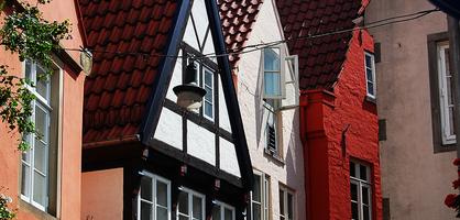Kleine, aneinander aufgereihte Häuser im Schnoor.