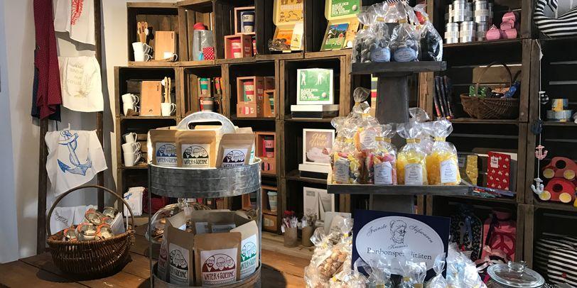 Viele bunte Regale voller Produkte im Überseekaufhaus