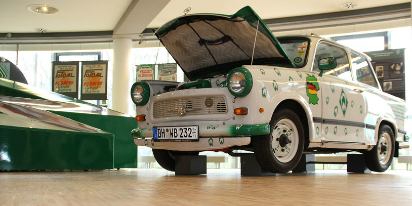 Ein weißer Trabant wurde mit dem Werderzeichen geschmückt.