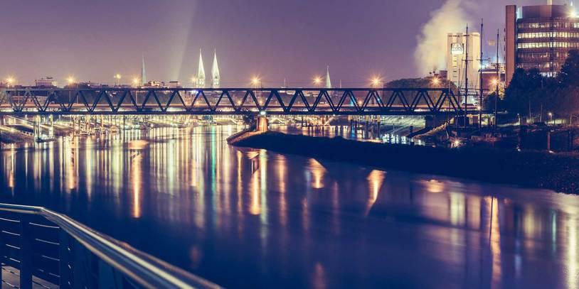 Nächtlicher Ausblick auf die Weser in Richtung Zentrum.