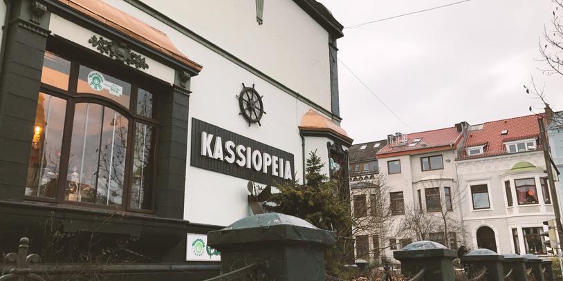 Links: Blick auf den Einzelhändler Kassiopea, rechts: verschiedene Teesorten