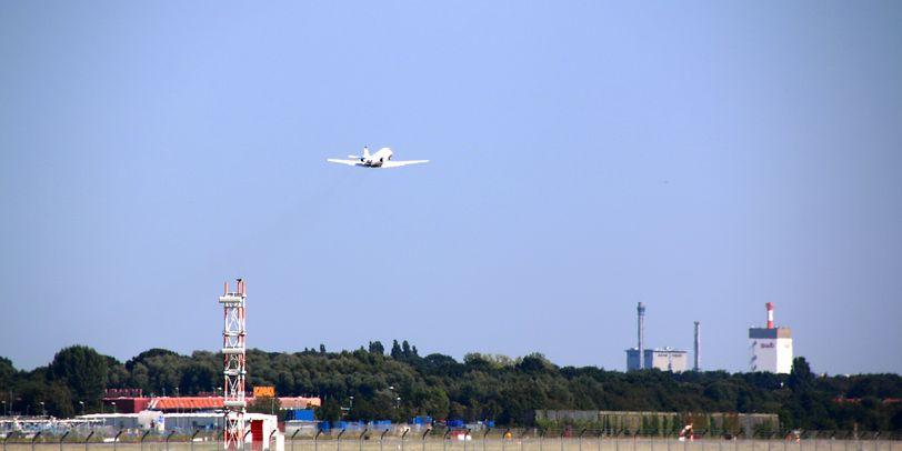 Ein kleines Flugzeug startet am Bremer Flughafen
