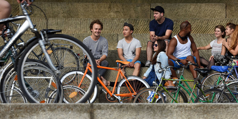 Junge Leute und Fahrräder