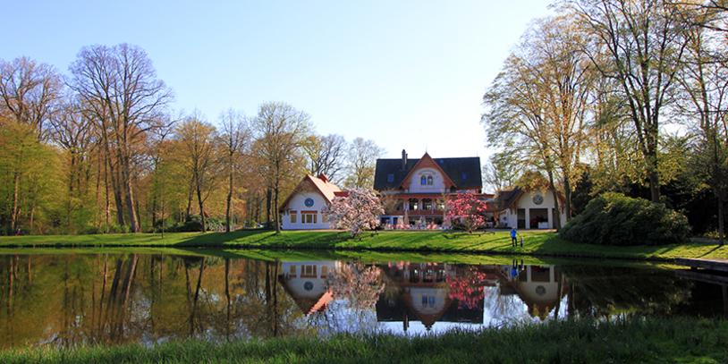 Blick über den Teich auf die Meierei im Bürgerpark