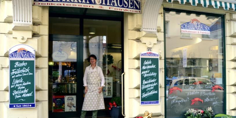 Eine Außenaufnahme des Feinkostgeschäfts JHG Scharringhausen-Delikatessen