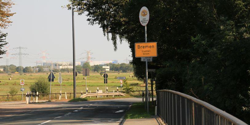 Blick auf das Ortsschild vom Stadtteil Strom