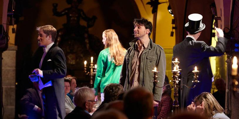 """Die Schauspieler sind mitten in einer Szene von """"Nachts in Bremen""""."""
