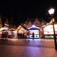 Blick auf den Weihnachtsmarkt am Marktplatz