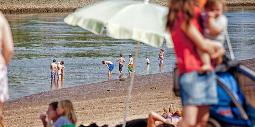 Im Sommer einer der beliebtesten Orte in Bremen: der Weserstrand mit der Badestelle am Café Sand.