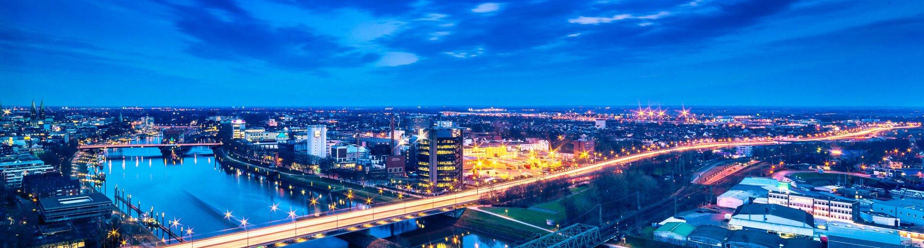 Luftaufnahme des nächtlichen, beleuchteten Bremens
