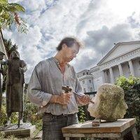 Mann bei der Bildhauerei