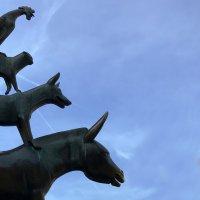 Die Statue der Bremer Stadtmusikanten vor blauem Himmel