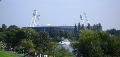 Blick vom Osterdeich aus auf die Weser-Fähre am Anleger am Weser-Stadion