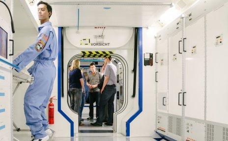 Besucher während einer Raumfahrt-Führung im Columbus-Modul bei Airbus
