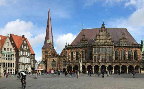 Der Marktplatz mit dem Rathaus in der Mitte und der Bürgerschaft auf der rechten Seite aus der Panoramaperspektive