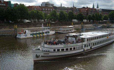 Das Fahrgastschiff Oceana in Fahrt auf der Weser.