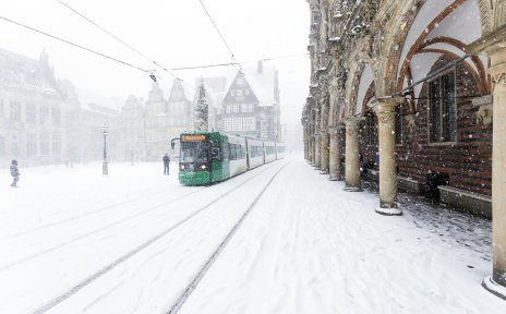 Eine Straßenbahn fährt am schneebedeckten Marktplatz vorbei; Quelle: WFB/Hellmann