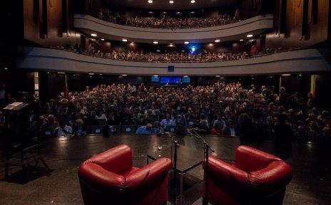 Ein voll besetzter Theatersaal.