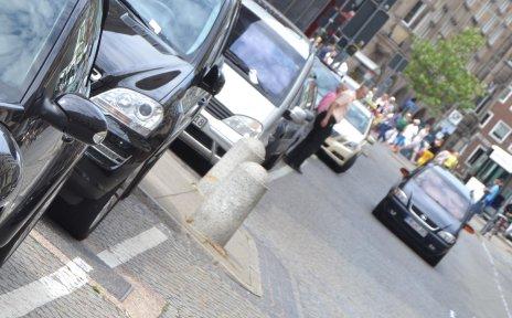 Autos parken in einer Reihe auf einem Parkstreifen; Quelle: bremen.online GmbH - MDR
