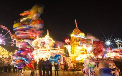 Beleuchtete Buden und Fahrgeschäfte auf dem abendlichen Bremer Freimarkt
