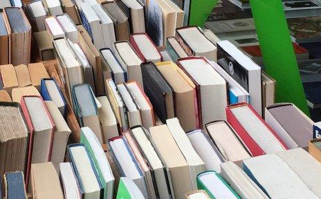 Ein Bücherstand mit vielen Büchern