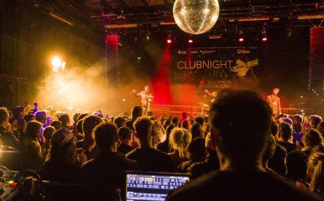 Die Bühne der Jazzahead Club Night ist zu sehen. Davor steht das Publikum und der Toningenieur.