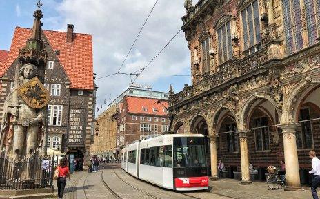 Straßenbahn auf dem Marktplatz