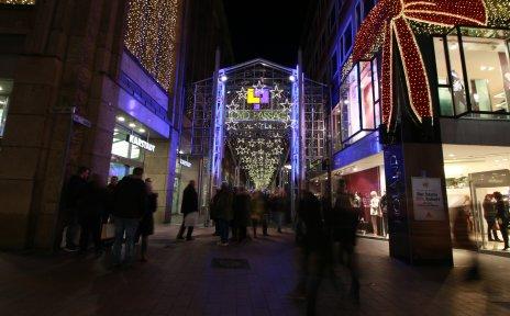 Blick auf die weihnachtlich beleuchtete Lloydpassage in der Bremer Innenstadt