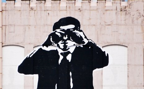 Street Art: überdimensionale schwarz-weiße Männerfigur auf Fassade eines Bunkers
