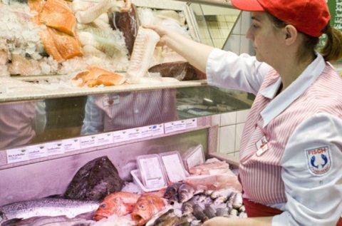 Eine Mitarbeiterin von F.L.Bodes räumt Fisch ein.