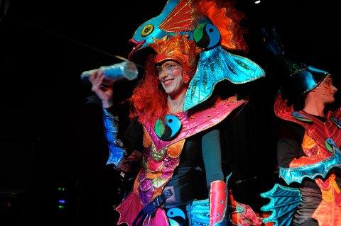 Zwei bunt kostümierte Menschen beim Bremer Samba-Karneval