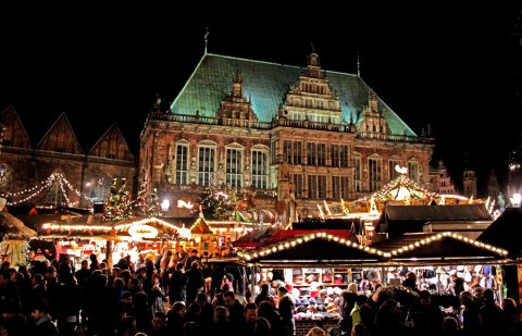 Bremer Weihnachtsmarkt im Dunkeln, hell erleuchtet