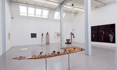 Eine minimalistische Kunstinstallation ein einem großen Raum; Quelle: Frank Pusch