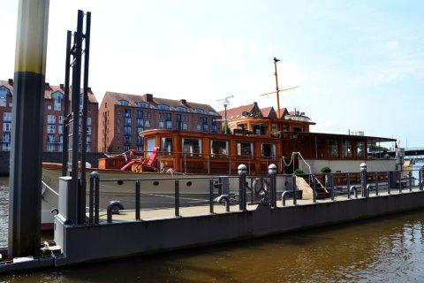 Eine Yacht liegt vor Anker an der Weser