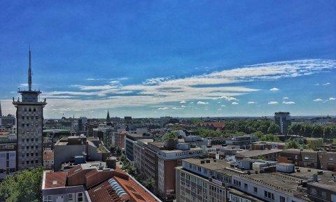 Blick vom Dach des Bamberger Hochhauses in Richtung Innenstadt an einem Sommertag.