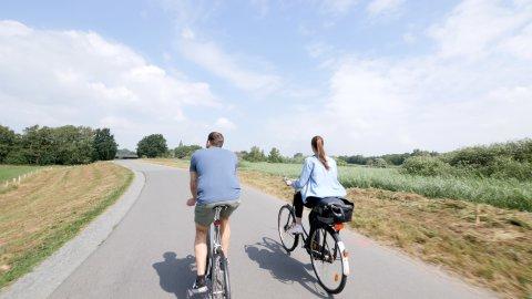 Eine Radfahrerin und ein Radfahrer im Blockland