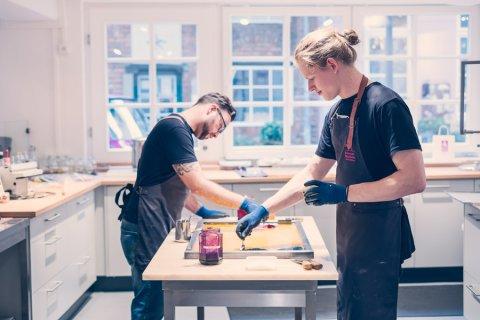 Zwei Männer stehen an einem Tisch in der Bonbon Manufaktur im Schnoor