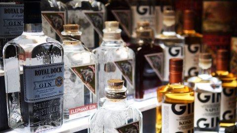 Mehrere Flaschen mit Gin nebeneinander
