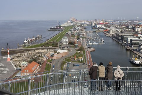 Die maritime Seite Bremerhavens: Blick auf den Neuen Hafen und die Überseehäfen sowie die Wesermündung.